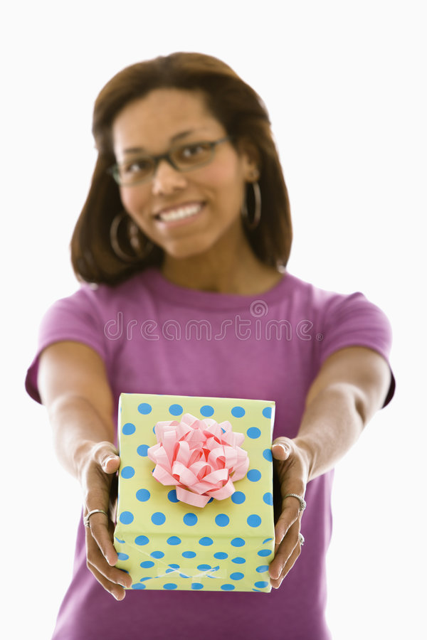 Donna che presenta regalo. fotografia stock libera da diritti