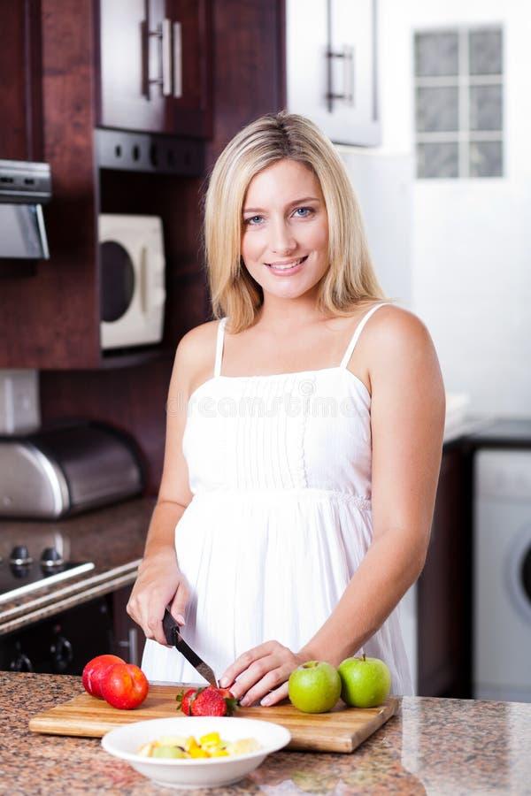 Donna che produce insalata fotografia stock