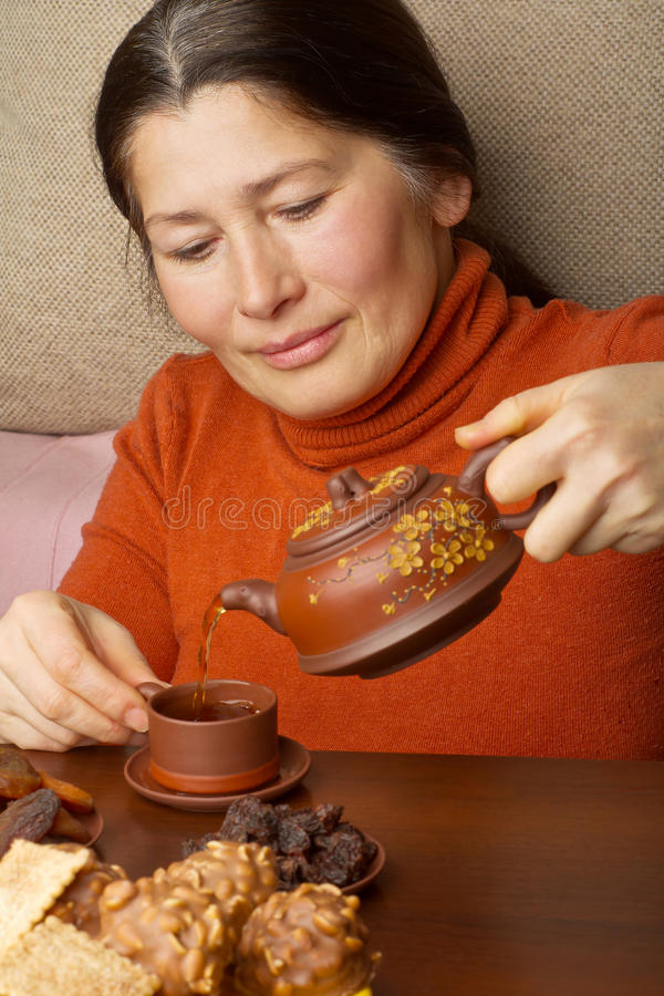 Donna che produce tè cinese fotografie stock libere da diritti