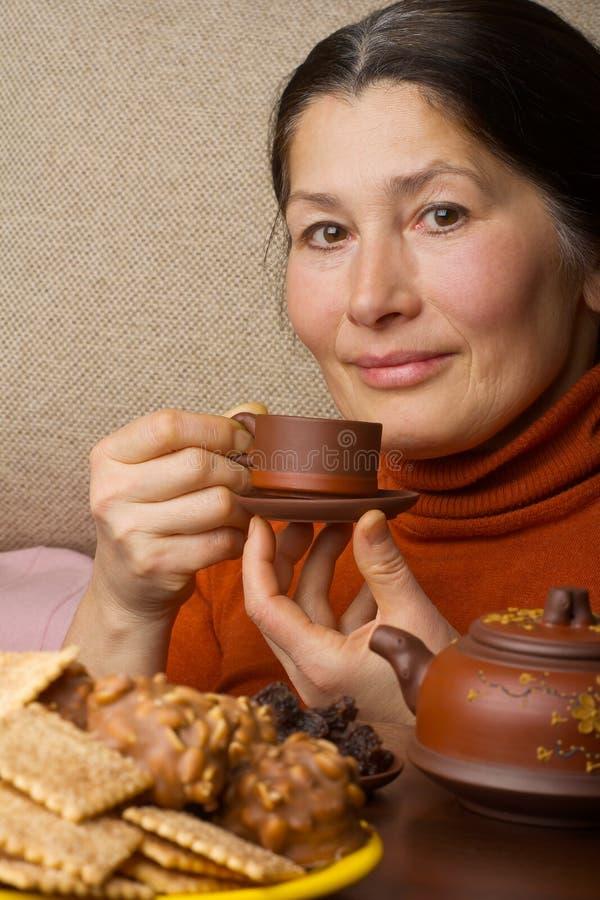 Donna che produce tè cinese fotografia stock libera da diritti