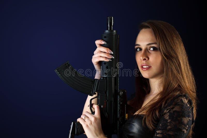 Donna che propone con la pistola immagini stock libere da diritti
