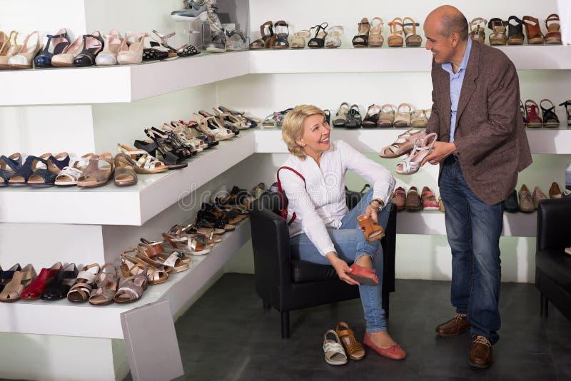 Donna che prova sulle scarpe di modo fotografia stock libera da diritti