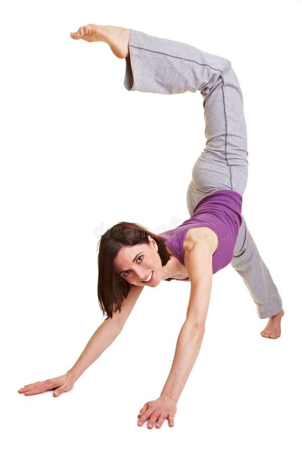 Donna che prova un handstand fotografia stock