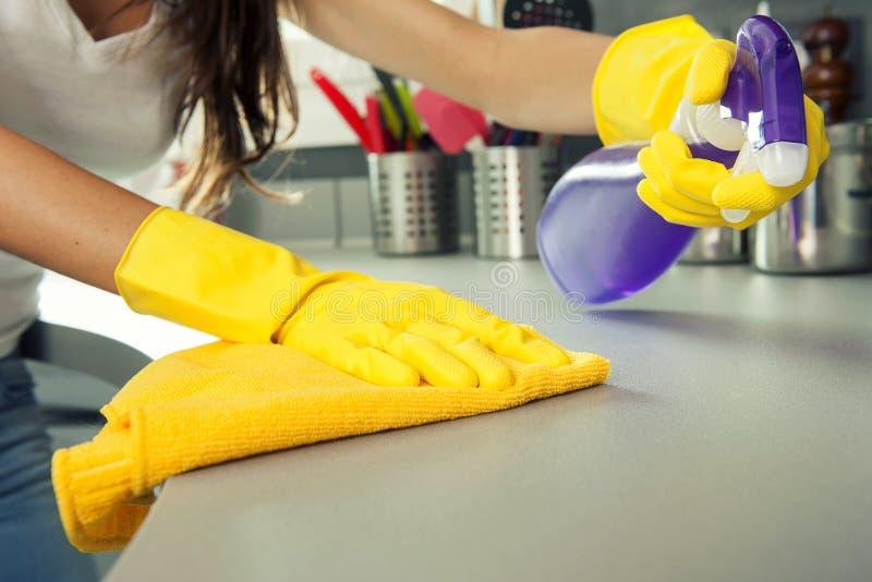 Donna che pulisce una cima della cucina fotografia stock libera da diritti