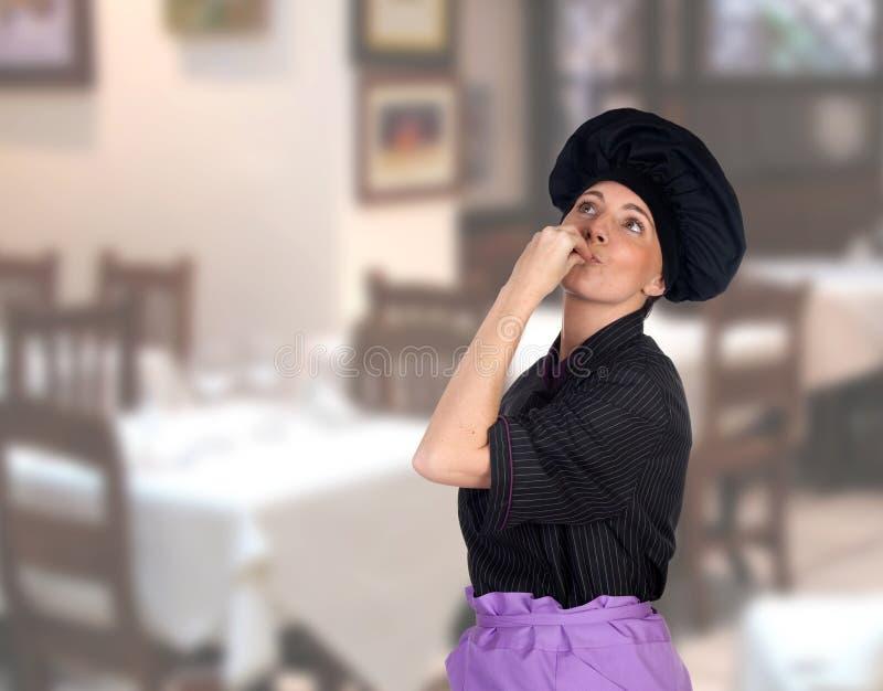 Donna che rende il cuoco di gesto delizioso immagini stock
