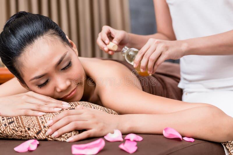 Donna che riceve massaggio fotografia stock libera da diritti