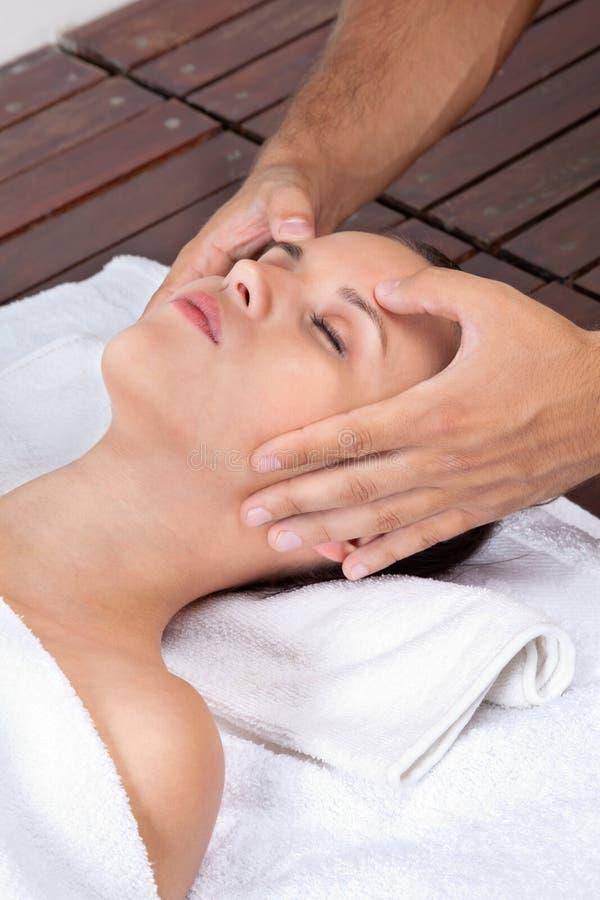 Donna che riceve massaggio capo immagini stock