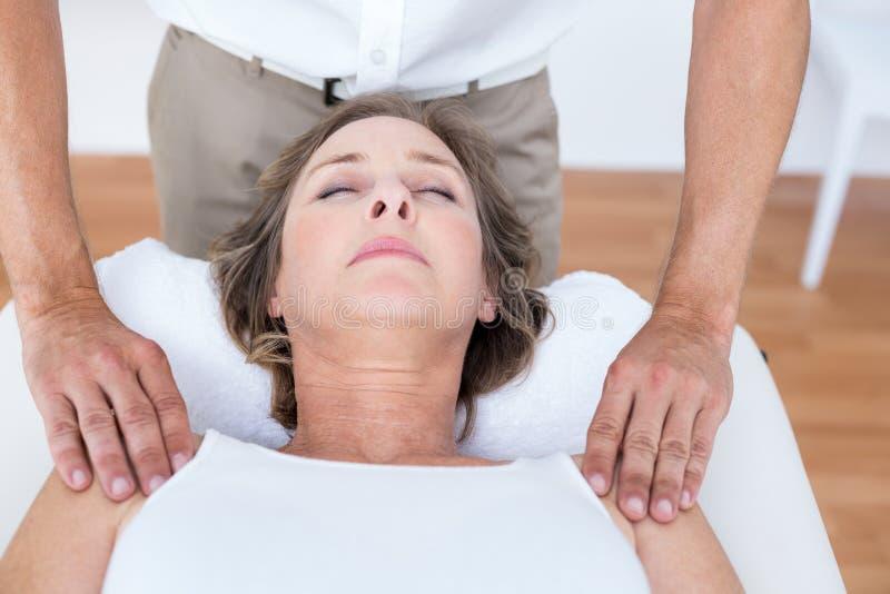 Donna che riceve massaggio della spalla immagine stock libera da diritti