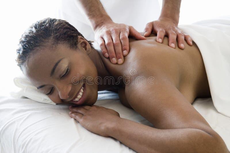 Donna che riceve massaggio posteriore alla stazione termale fotografia stock libera da diritti