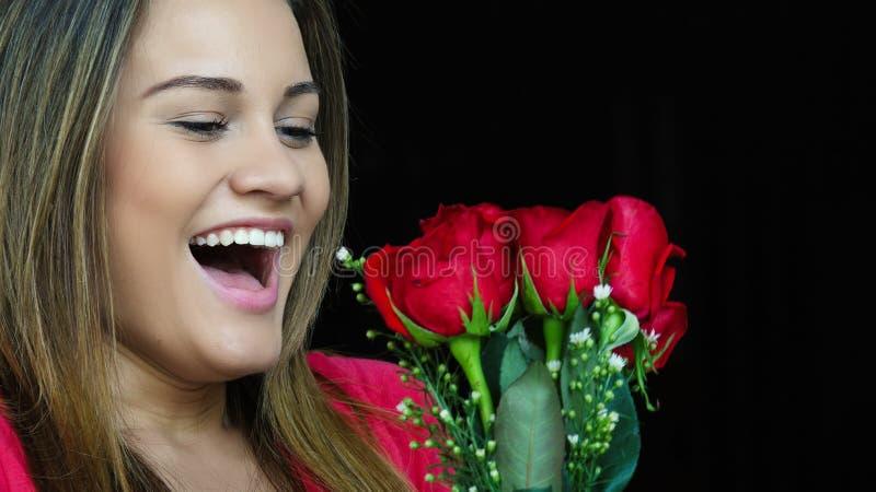 Donna che riceve regalo dei fiori fotografia stock libera da diritti