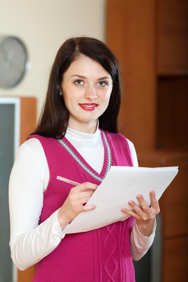 Download Donna Che Riempie Nei Documenti A Casa O Nell'ufficio Fotografia Stock - Immagine di ufficio, sorridere: 56892584