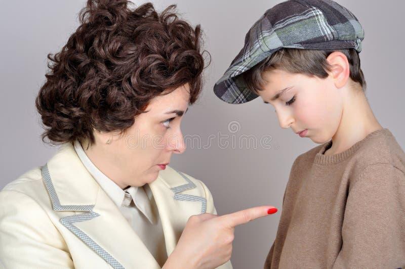 Donna che rimprovera un giovane ragazzo fotografie stock libere da diritti
