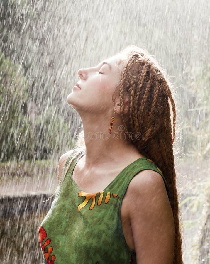 Donna che rinfresca nella pioggia immagine stock