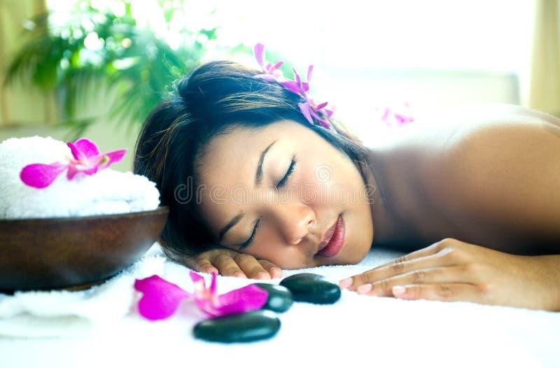 Donna che riposa come gode di una terapia del corpo immagine stock libera da diritti