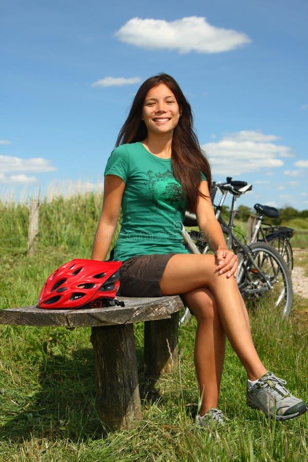 Donna che riposa dal biking immagini stock