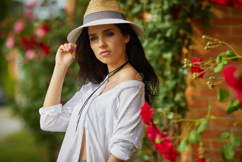 Donna che riposa di estate il giardino italiano fotografia stock libera da diritti