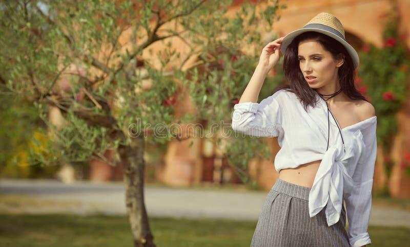 Donna che riposa di estate il giardino italiano fotografia stock