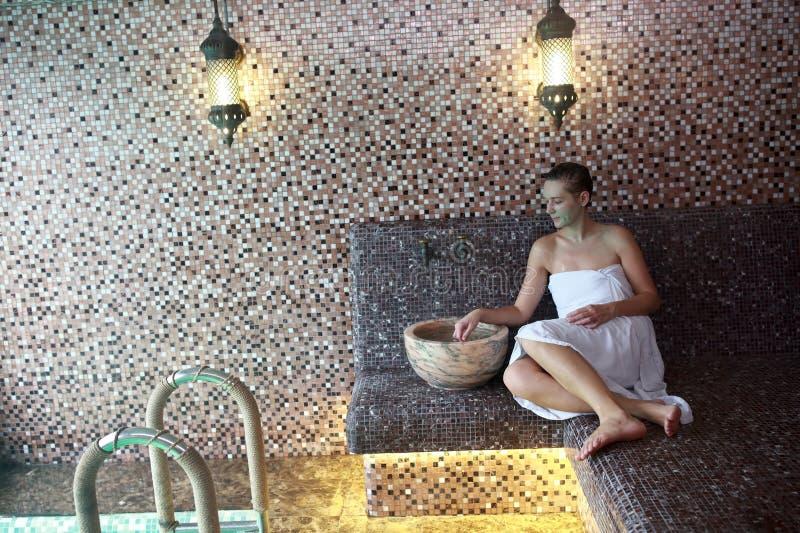Donna che riposa nel bagno turco fotografie stock libere da diritti