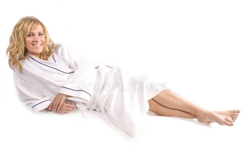 Donna che risiede nell'abito bianco immagini stock libere da diritti
