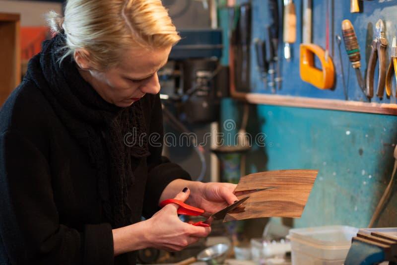 Donna che ristabilisce mobilia immagini stock