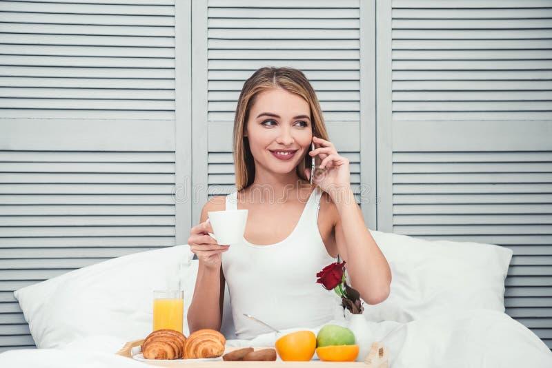 Donna che rivolge allo smartphone immagini stock