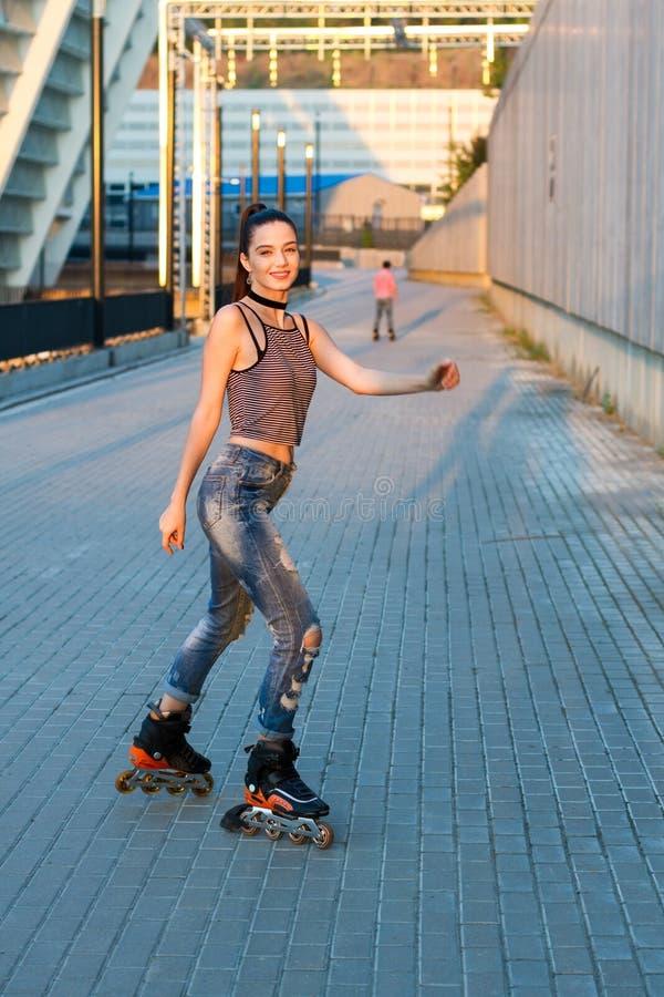 Donna che rollerblading e che sorride fotografia stock libera da diritti