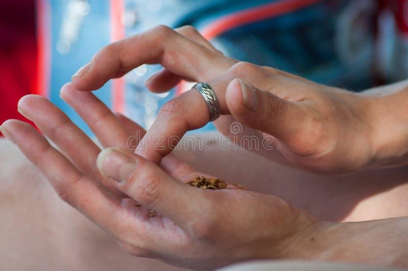 donna che rotola un giunto della cannabis in all'aperto fotografie stock libere da diritti