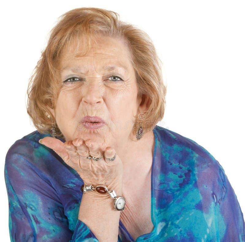 Donna che salta un bacio immagini stock