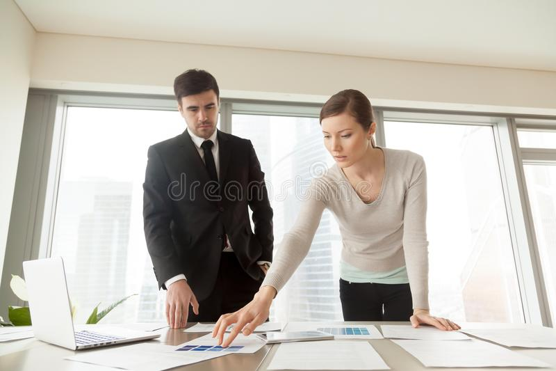 Donna che sceglie colore della pittura con l'architetto arredatore fotografie stock