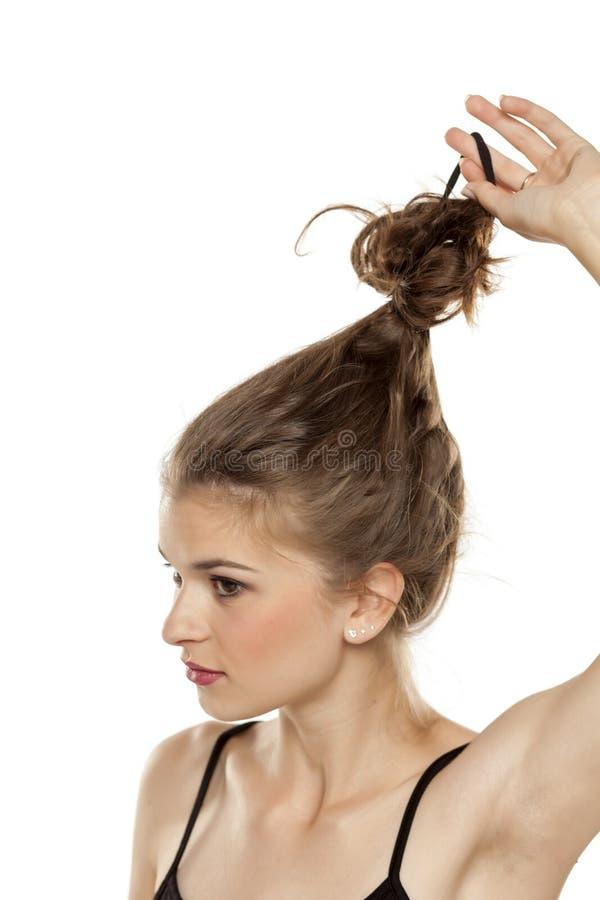 Donna che scioglie i suoi capelli fotografia stock libera da diritti