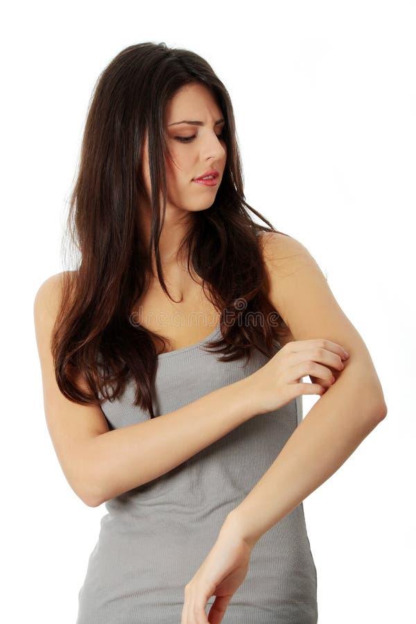 Donna che scraching il suo auto immagine stock