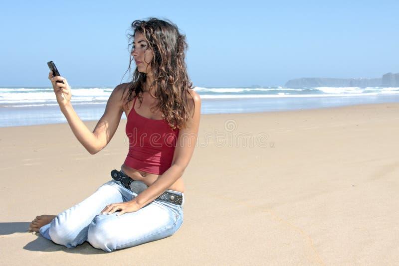 donna che scrive un messaggio di testo fotografie stock