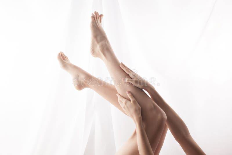 Donna che segna i piedi fotografie stock libere da diritti