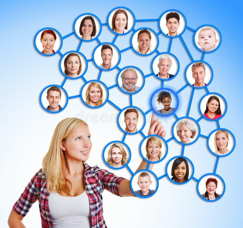 Donna che seleziona gli amici e famiglia nella rete sociale fotografie stock libere da diritti