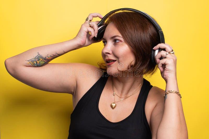 Donna che sembra interrotta mentre musica d'ascolto fotografie stock libere da diritti