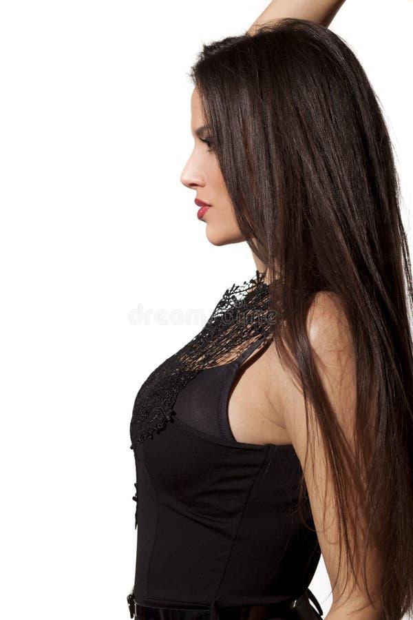 Donna che si appoggia contro la parete fotografia stock libera da diritti