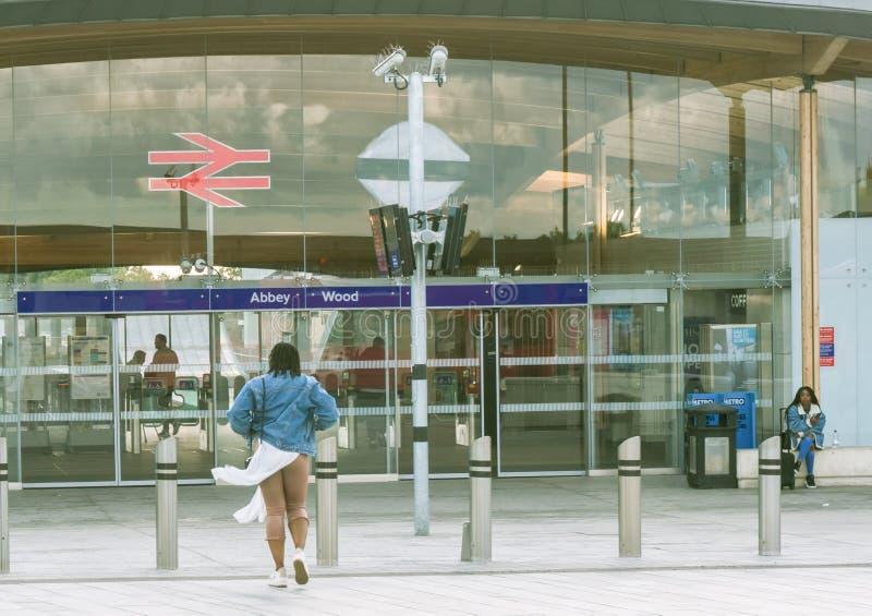 Donna che si avvicina alla stazione ferroviaria di Abbey Wood fotografie stock libere da diritti