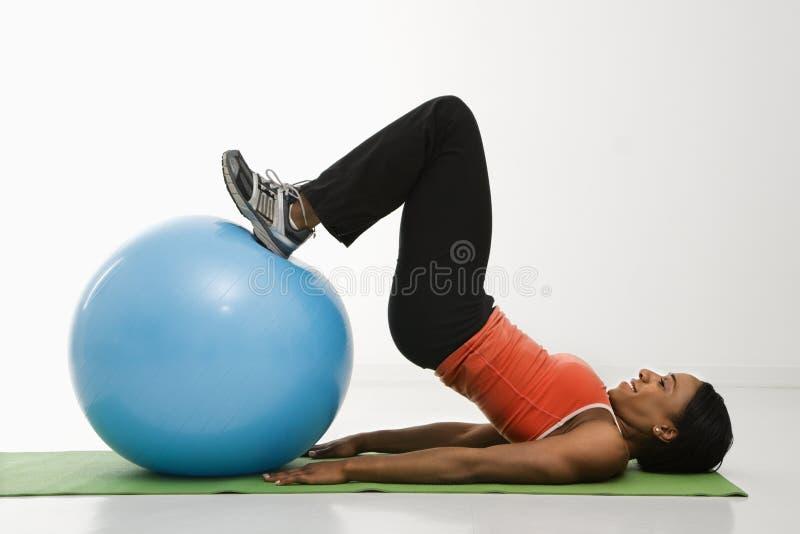 Donna che si esercita con la sfera. immagine stock