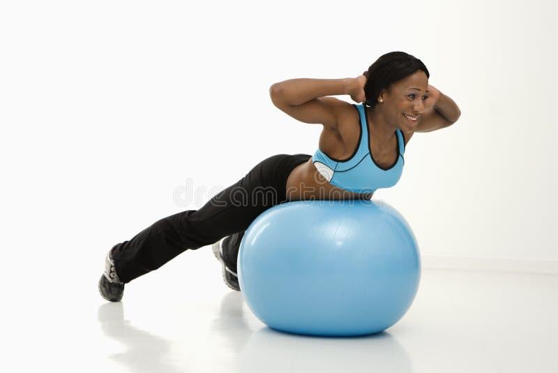 Donna che si esercita con la sfera. fotografia stock libera da diritti