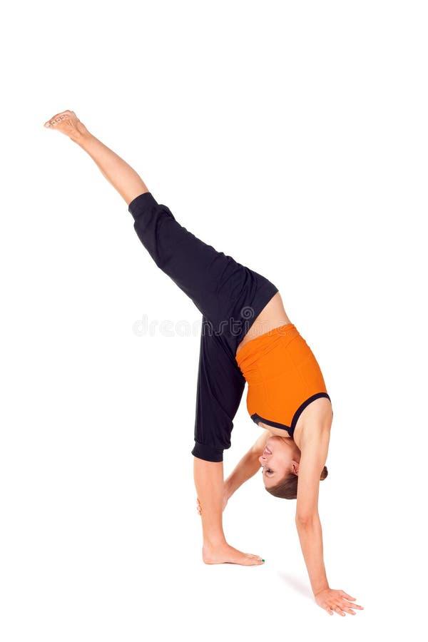 Donna che si esercita levandosi in piedi esercitazione spaccata di yoga fotografie stock