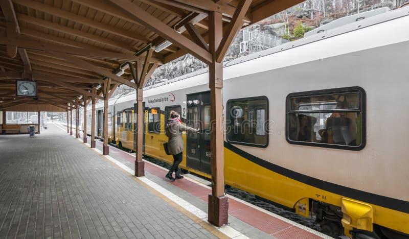 Donna che si imbarca sul treno immagini stock