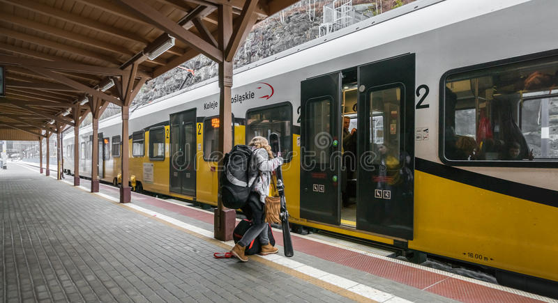 Donna che si imbarca sul treno immagini stock libere da diritti