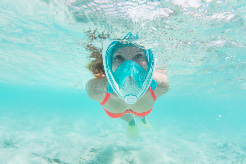 Donna che si immerge underwater nell'Oceano Indiano, Maldive immagini stock