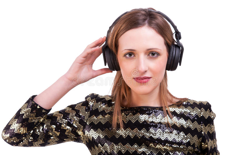 Donna che si leva in piedi ascoltante la musica sulle cuffie immagine stock libera da diritti