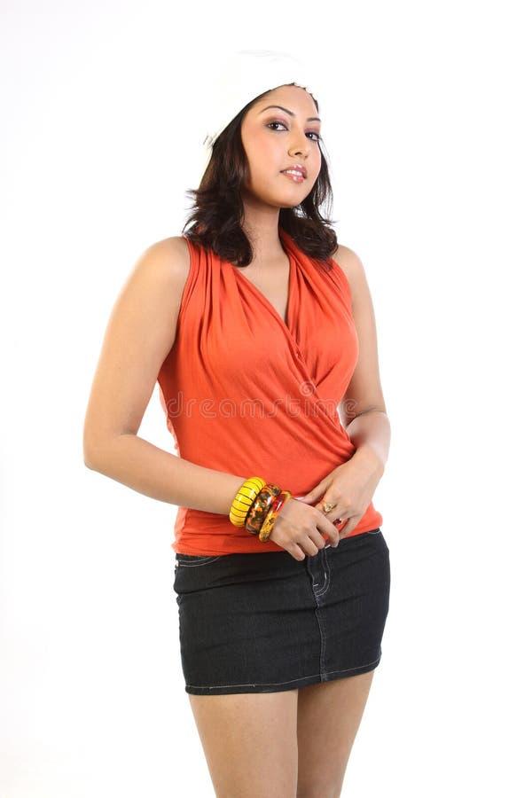 Donna che si leva in piedi con il miniskirt fotografia stock libera da diritti