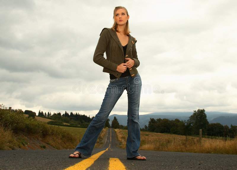 Donna che si leva in piedi sulla strada immagini stock