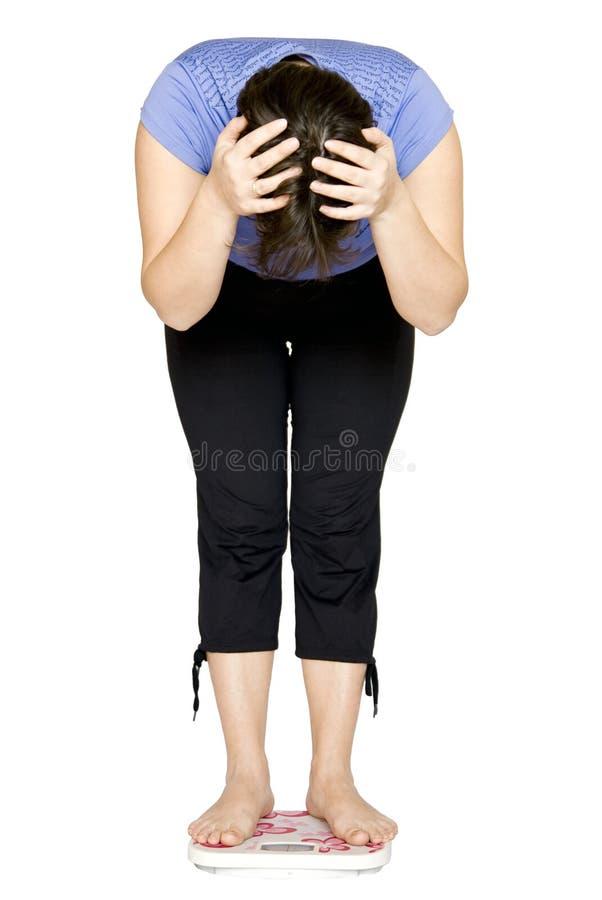 Donna che si leva in piedi sulle scale. fotografia stock