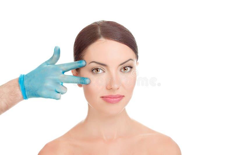 Donna che si prepara per la chirurgia plastica dell'ascensore della palpebra immagini stock libere da diritti
