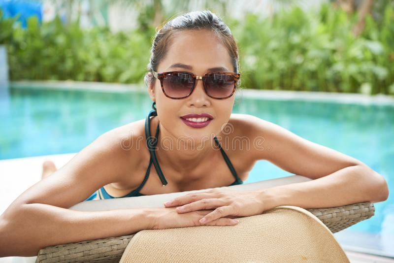 Donna che si rilassa alla località di soggiorno di lusso immagini stock libere da diritti