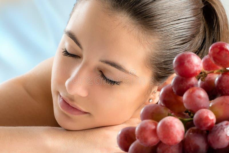 Donna che si rilassa alla terapia del vino fotografie stock